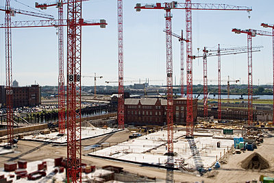 View over a construction site in Hamburg - p7920038 by Nico Vincent