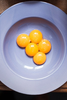 Egg yolk on a plate - p947m2184664 by Cristopher Civitillo