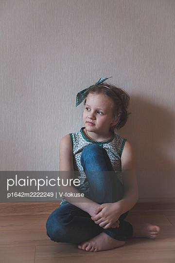 Porträt eines kleinen Mädchens mit Haarband - p1642m2222249 von V-fokuse