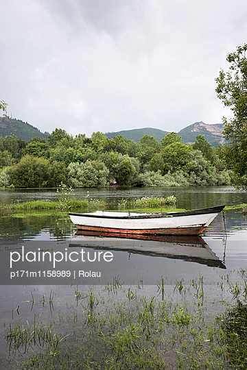 Boot am Fluß - p171m1158989 von Rolau