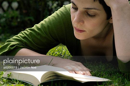 Auf Wiese liegen und Buch lesen - p5200019 von Jasmin Noé