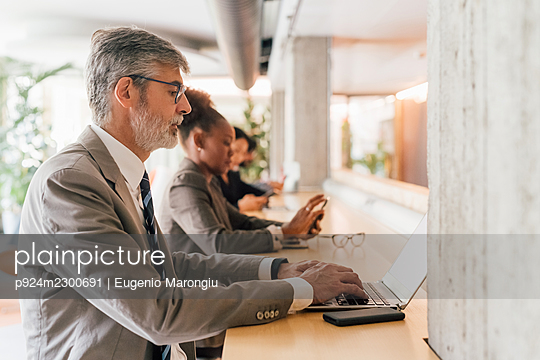 Italy, Business people working in creative studio - p924m2300691 by Eugenio Marongiu