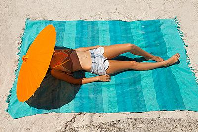 Unterm Sonnenschirm eingeschlafen - p045m1467997 von Jasmin Sander