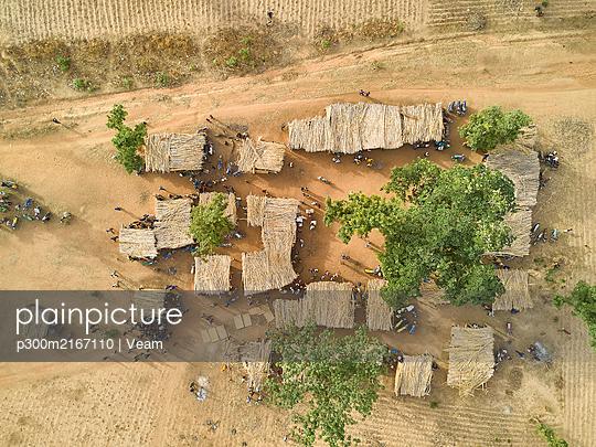 Aerial view of a Kamberi tribe market in Nigeria. Ibadan area, Nigeria. - p300m2167110 von Veam