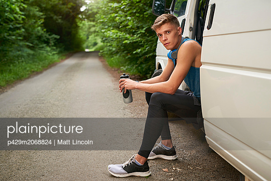 Runner sitting in van - p429m2068824 by Matt Lincoln
