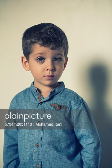 Niedlicher kleiner Junge schaut in die Kamera - p794m2031113 von Mohamad Itani