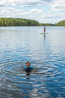 Boy swimming in lake - p312m1570556 by Fredrik Schlyter