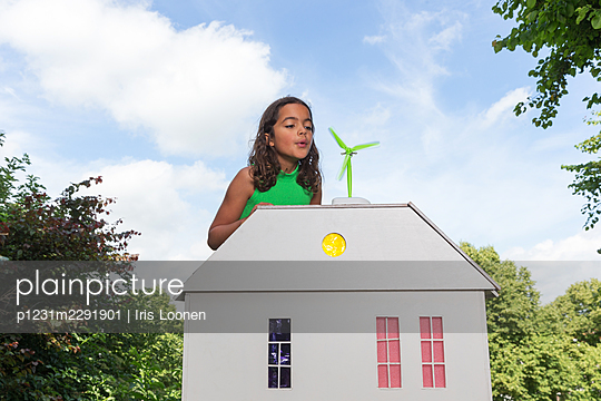 Child showing how to make your house more sustainable - p1231m2291901 by Iris Loonen