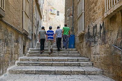 Junge Männer in der Altstadt von Jerusalem - p1267m1514268 von Wolf Meier