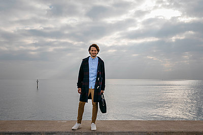 Spain, Barcelona, portrait of confident man with the sea in the background - p300m2080793 by Josep Rovirosa