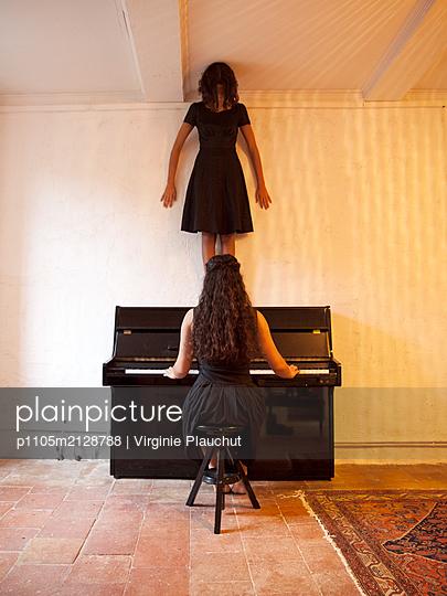 Woman playing piano - p1105m2128788 by Virginie Plauchut