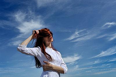Frau im weißen Kleid - p491m1132552 von Ernesto Timor