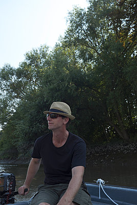 Mann im Boot auf der Elbe - p116m2015421 von Gianna Schade