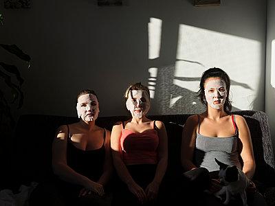 Freundinnen mit Feuchtigkeitsmaske - p1383m2045104 von Wolfgang Steiner