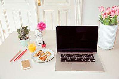 Schreibtisch mit Pizzaresten - p432m1362140 von mia takahara