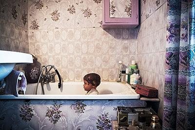 Alte Puppe in einer Badewanne - p567m1530390 von Gaëlle Magder