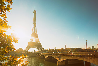 Eiffel Tower early in the morning, viewed from the other side of the River Seine, Paris, France - p871m2114126 by Armand Tamboly