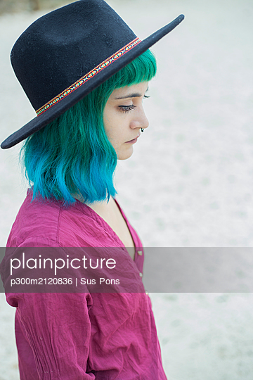 Portrait of young woman with dyed blue and green hair and nose piercing outdoors - p300m2120836 by Sus Pons