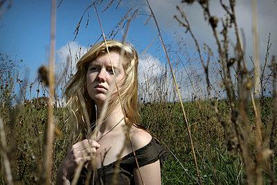 Woman on a field - p1019m739838 by Stephen Carroll