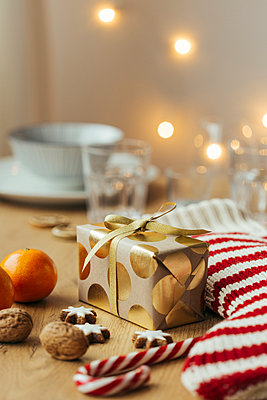 Christmas present, tangerines, walnuts, candy canes and cinnamon stars - p300m1505363 by Julia Haack