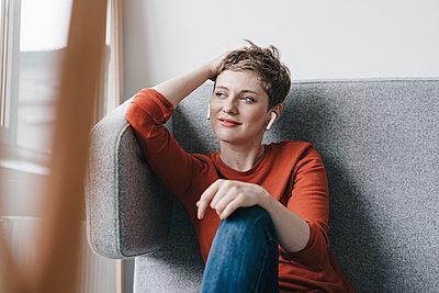 Smiling woman with wireless earphones - p300m1536340 by Kniel Synnatzschke