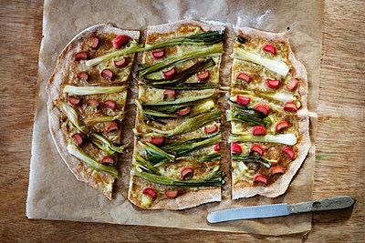 Vegan tarte flambee, spring onion and rhubarb - p300m1567934 by Eva Gruendemann