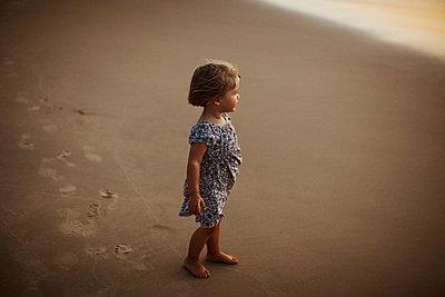 Little girl on the beach - p972m1056516 by Felix Odell