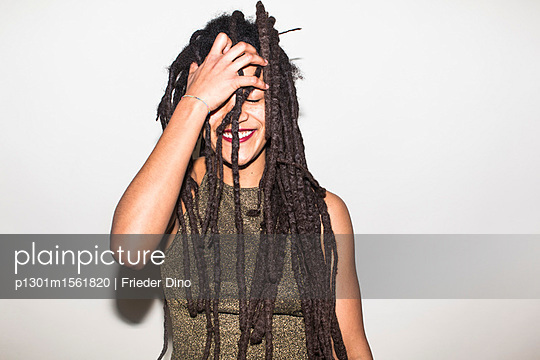 Young woman with dreadlocks - p1301m1561820 by Delia Baum