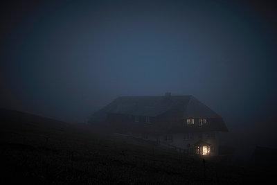 Bauernhaus im Dunkeln - p1312m2087537 von Axel Killian