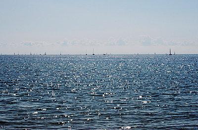 Segelboote in der Ferne - p4860087 von anneKathringreiner