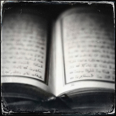 Altes Buch mit fremden Schriftzeichen - p586m962920 von Kniel Synnatzschke