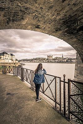 Under the bridge - p1402m2064497 by Jerome Paressant
