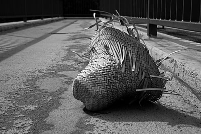 Zerfetzter Strohhut auf einer Straße - p1578m2159157 von Marcus Hammerschmitt