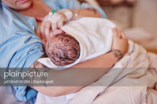 Mother breastfeeding newborn baby - p312m2191254 by Dayfotografi
