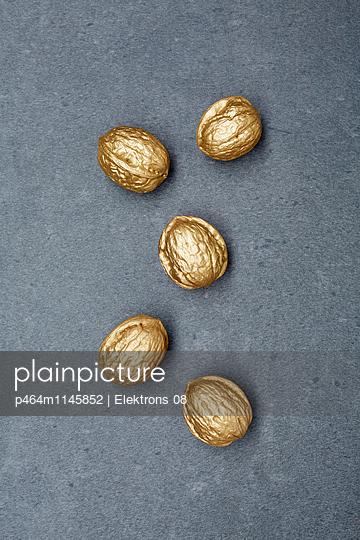 goldene Walnuss - p464m1145852 von Elektrons 08