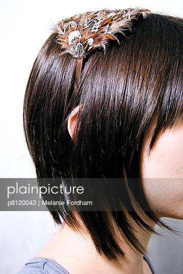 Frau mit Haarreifen - p8120043 von Melanie Fordham