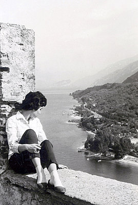 Young woman looking out over river - p1541m2116892 by Ruth Botzenhardt