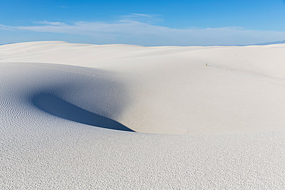USA, New Mexico, Chihuahua Desert, White Sands National Monument, desert dune - p300m1417167 by Fotofeeling