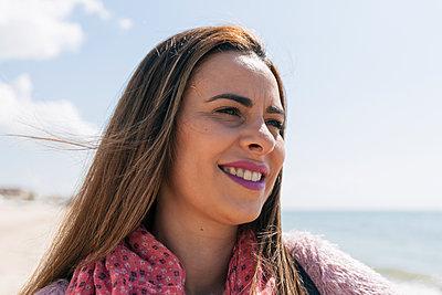 Portrait of smiley woman on the beach, Matalascañas, Spain - p300m2275672 von Julio Rodriguez