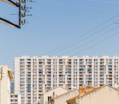 Plattenbau in Südfrankreich - p432m2064442 von mia takahara