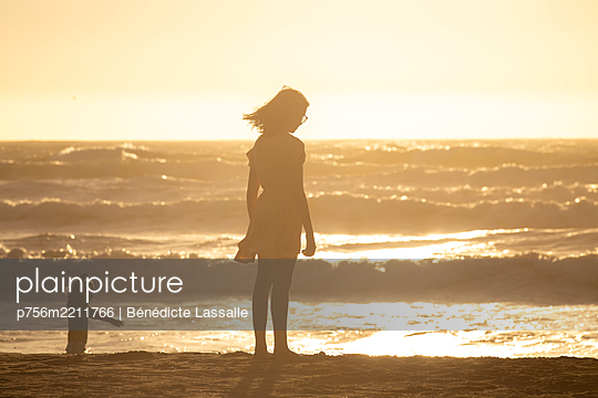 Children on the beach at sunset light, Ocean Beach - p756m2211766 by Bénédicte Lassalle