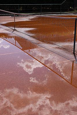 Tennisplatz nach dem Regen - p1621m2295381 von Anke Doerschlen