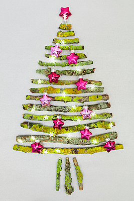 Christmas tree shaped of mossy branches and Christmas decoration - p300m1166691 by Gaby Wojciech