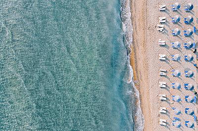 Many parasols on the beach, Zakynthos, drone photography - p713m2289208 by Florian Kresse