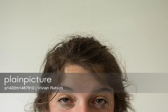Junge Frau morgens im Bett - p1422m1487910 von Vivian Rutsch