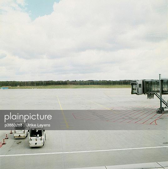 Zwei Gepäckwagen in Flughafen - p3880288 von Ulrike Leyens