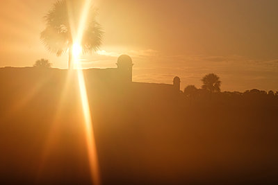 Silhouette of Castillo de San Marcos at sunset in St. Augustine, USA - p1427m2128285 by Tetra Images
