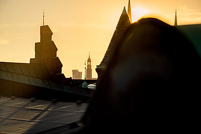 Blick auf Michel und Tanzende Türme im Sonnenschein über den Dächern der Speicherstadt, Hamburg - p1493m1584461 von Alexander Mertsch