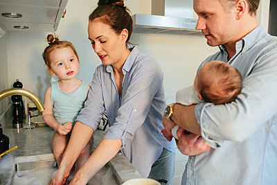 Family in kitchen - p312m1556886 by Anna Rostrom