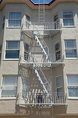 Gebäude mit Feuerleitern - p495m833358 von Jeanene Scott